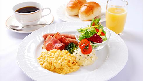 開放的なレストランで朝食を